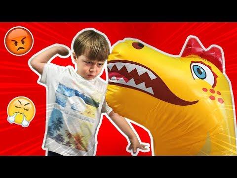 SOCO NA CARA DO DINOSSAURO!! Briga com um Dinossauro de Brinquedo muito Bravo que Luta Boxe
