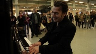 Video When a professional musician sits down at a public piano... MP3, 3GP, MP4, WEBM, AVI, FLV Juli 2019