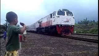 Menunggu Kereta Api Lewat - Sambil Bernyanyi Lagu Anak - Naik Kereta Api