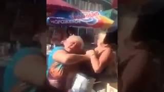 Blondyna kontra babcia na targowisku. To się zdziwiła
