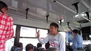 Improvisando rap en el camión
