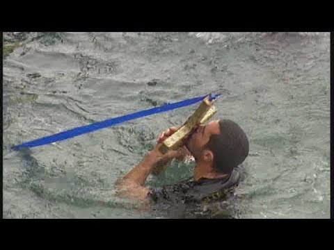 Με λαμπρότητα η τελετή αγιασμού των υδάτων και η ρίψη του Σταυρού στο λιμάνι του Πειραιά