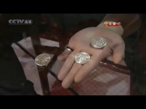 Huikea kiinalainen taikuri pudottaa kolikoita läpi lasipöydästä!