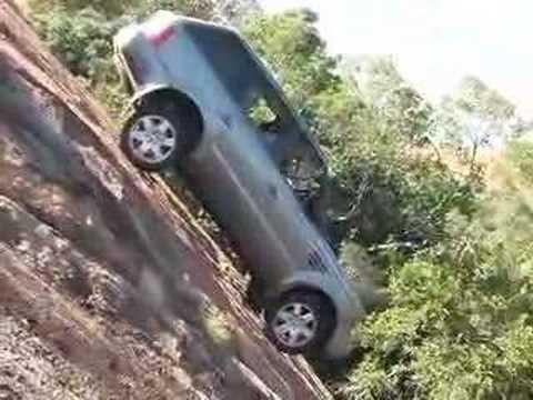 飛簷走壁的汽車…抓地力太強了吧!