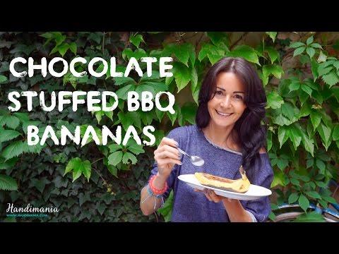 inserisce pezzi di cioccolata in una banana: una ricetta deliziosa!