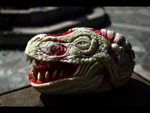 這名雕刻家一刀一刀地刻著大西瓜,到最後變成了最真實的猛獸!