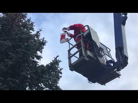 Wideo1: Zdobienie choinki przy lodowisku w Lesznie