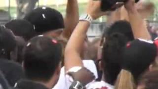 Presentazione di Ronaldinho FlamengoR10 aparece no palco e a torcidado Fla vibra ainda mais na Gávea Presentación de Ronaldinho FlamengoR10 colpisce il palco e la follaFla. vibra di più in GáveaR10 llega a la etapa y la multitudde Florida vibra más en Gávea
