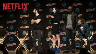 Juntos novamente pela primeira vez. A Marvel preparou uma mega supresa: Charlie Cox, Krysten Ritter e Mike Colter aparecem no primeiro painel do Punho ...