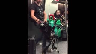 Gran actuación de Axl Rose en el metro de Santiago de Chile interpretando el 'Wellcome to the jungle'. Bueno, no era exactamente el líder de Gun's N Roses pero el show fue igual de bueno.