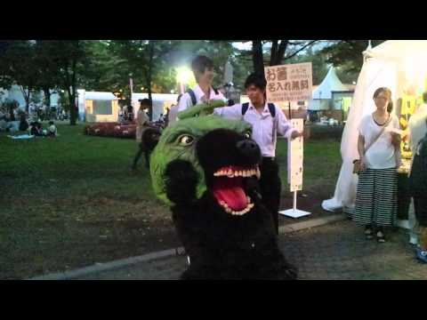 This is a SCARY ASS BEAR MASCOT in JAPAN!! (видео)
