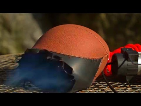 他給足球充氣直至爆炸的瞬間,結果慢鏡頭中竟然出現了神奇黑洞!