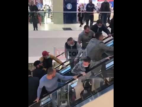В сочинском торговом центре ребенка спасли из эскалатора