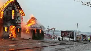 Ogień strawił restaurację w Egiertowie - z żywiołem walczy ponad 20 zastępów strażaków (1/3)