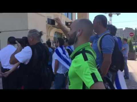 Уругвайские болельщики встретили свою сборную перед отелем Lotte