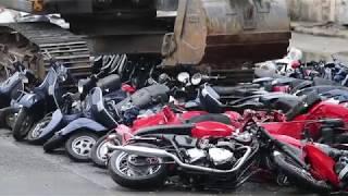 Koparka rozjechała 122 pojazdy na polecenie prezydenta Filipin
