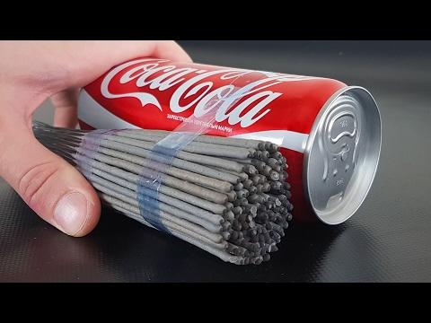 這男子把一大堆仙女棒綁在可口可樂瓶罐然後點燃,可口可樂完敗的畫面簡直療癒慘了!