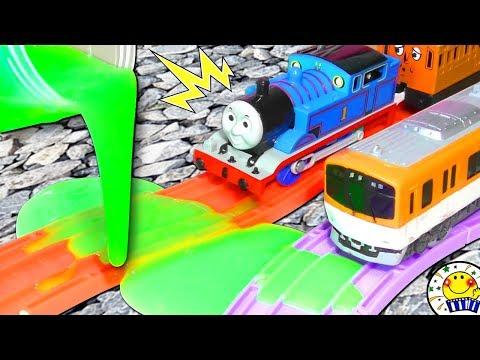 機関車トーマスと電車 プラレールの踏切にアンパンマンとはたらくくるまが …