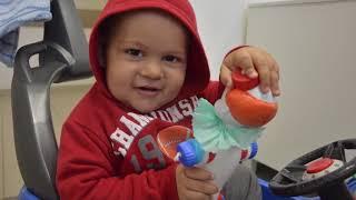 Idoso faz palhacinhos e doa para crianças com câncer