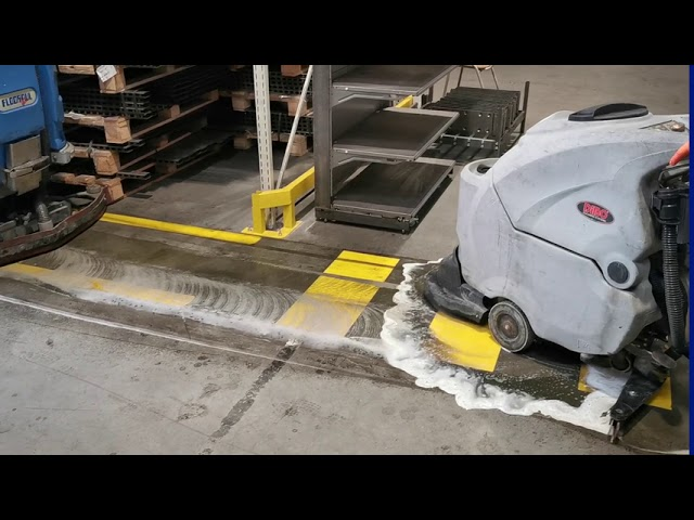 De reiniging van 500 M veiligheidslijnen en zebrapaden in de wandelzone bij onze klant Gondella .  #safetyfirst  T +32 56 70 70 80  E info<strong>@comfortcleaning</strong>.be  www.comfortcleaning.be