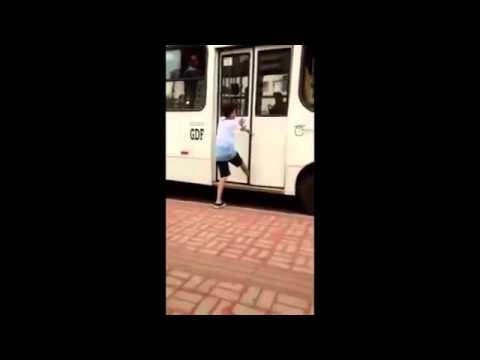 這位小屁孩惡搞司機「假裝要搭公車然後故意綁鞋帶」,結果司機下一秒超直接的報復讓他哭著求饒!