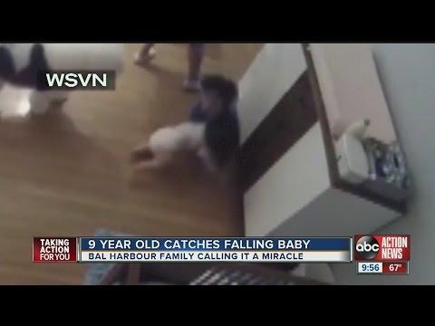 11個月大的北鼻突然從尿布檯上滾下來眼看就要重傷,沒想到一旁的9歲哥哥卻閃電跑過去救了弟弟!