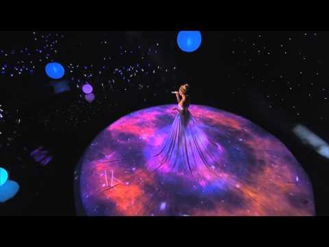 她穿著一襲白裙演唱,投影一開,神奇的事情發生了!