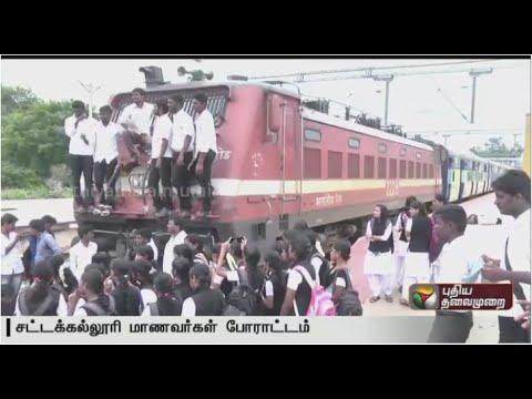 Puducherry-students-stage-road-roko-against-attack-of-Tamils-in-Karnataka