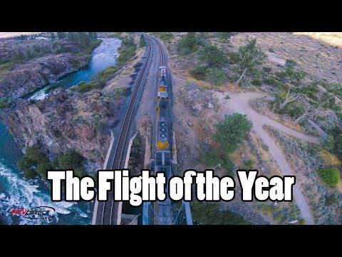 Полет дрона рядом с товарным поездом