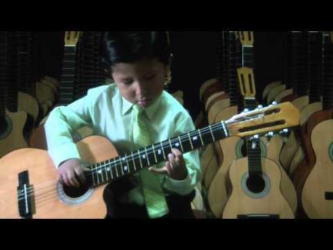 niño de 4 años tocando guitarra