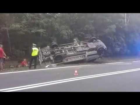 Wideo: Dostawcze auto dachowało pod Miłosną