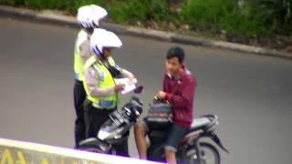 Video Aksi Nakal 2 Oknum Polisi Tertangkap Camera di Cawang Jakarta Timur MP3, 3GP, MP4, WEBM, AVI, FLV Februari 2018