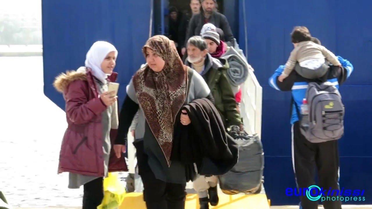 Στον Πειραιά ακόμη δύο πλοία με 1.046 πρόσφυγες
