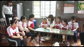 Trường Tiểu học Quang Trung trao quà ủng hộ e Phạm Nguyễn Ngọc Hà.