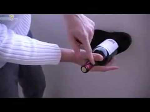 Video: Nemáte po ruke vývrtku? Fľašu vína otvoríte pomocou topánky