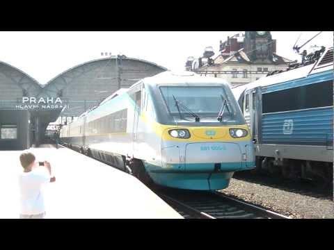 Pendolino 680.005 odchádza z Pražského hlavního nádraží na čele SC 1511 Pendolino