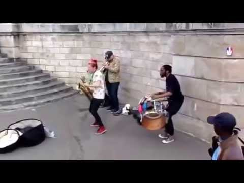 TooManyZooz at Montmartre trce. París. By Megafooly (8,6)