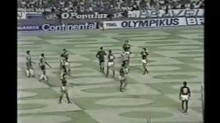 O jogo completo: https://www.youtube.com/watch?v=fE7ySCKdnMA Na ocasião Atlético-MG e Flamengo estavam empatados na...