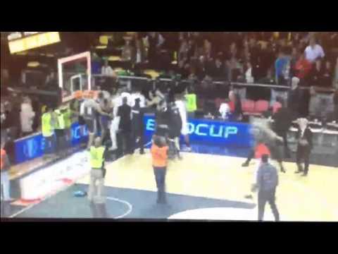 Le match Bilbao - Spirou de Charleroi s'est terminé en bagarre entre les joueurs (vidéos)