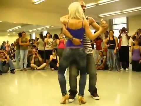Модный танец попой