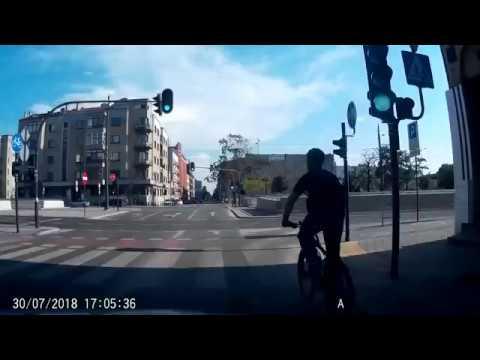 Велосипедиста затащило под трамвай