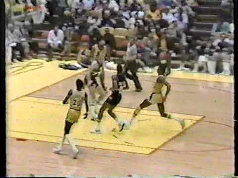 Magic Johnson dunks on Nuggets