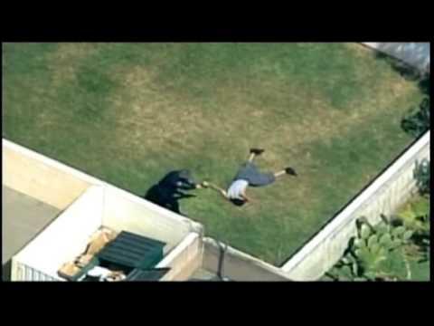 13 Mei: Imej polis AS biadap disiar (tendang kepala seorang penjenayah