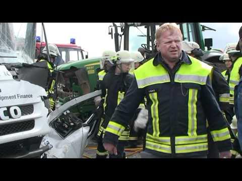 Gembeck: Lkw gegen Trecker, eingeklemmt