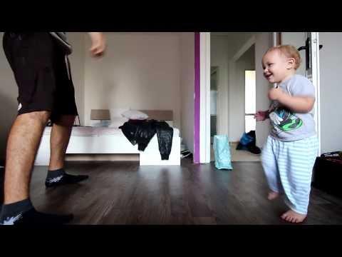 不到兩歲的小孩和爸爸尬舞(超萌!!)