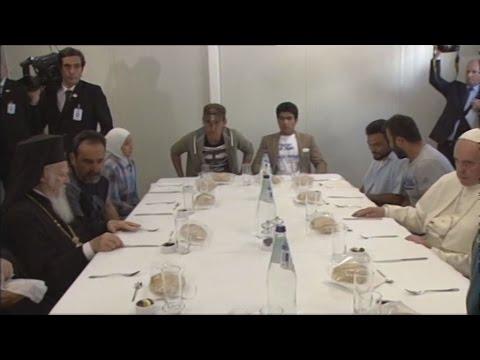 Με τρεις οικογένειες προσφύγων γευμάτισαν οι τρεις Ιεράρχες