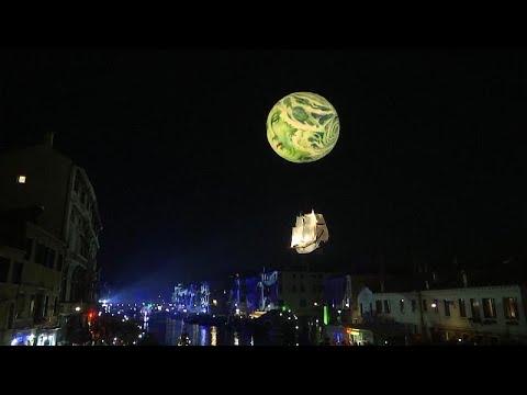 Η βραδινή παρέλαση στο καρναβάλι της Βενετίας