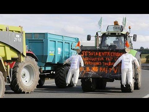 Γαλλία: Κτηνοτρόφοι παρατάσσουν τα τρακτέρ τους στους δρόμους