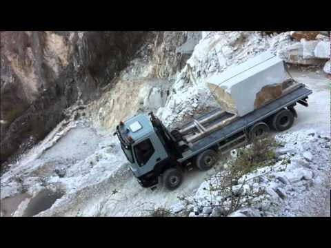 大貨車開在生死一瞬間「超危險山路」,眼看彎不過去的時候司機直接開大絕超驚險!