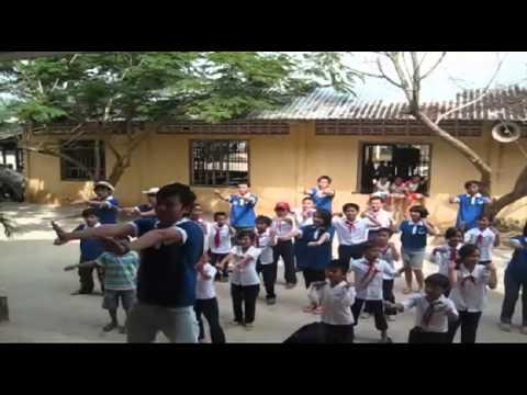 Tôi yêu Việt Nam - màn trình diễn dân vũ múa gối